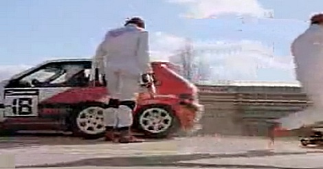 Rennwagen umgeworfen beim Boxenstopp