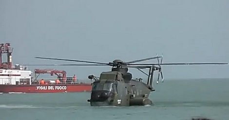 Hubschrauber landet auf Wasser