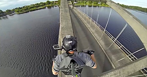 Fahrt über Brückenbogen