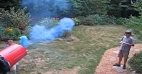 Luftkanone schießt Rauchringe