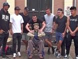 Opa im Rollstuhl tanzt plötzlich