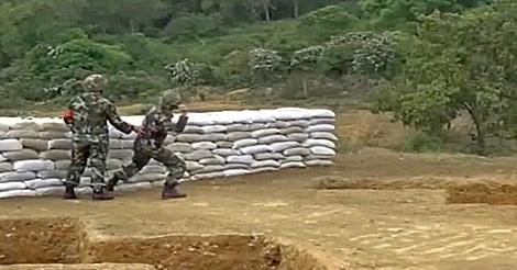 Soldat wirft Handgranate