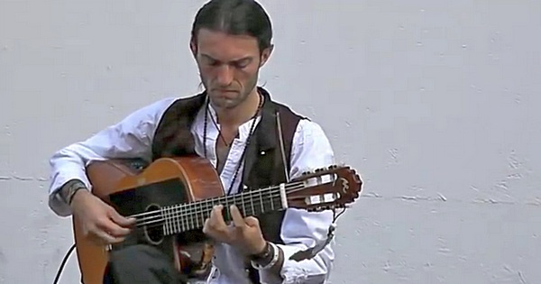 Estas Tonne performing at Buskers Festival