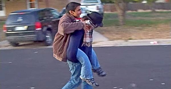 Mann trägt Mann auf dem Rücken
