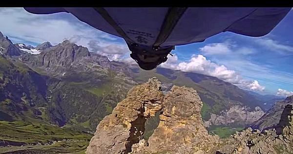 Wingsuit durch 2 Meter Spalte