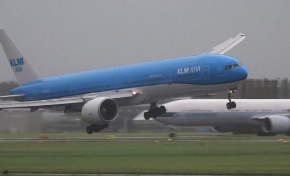 Flugzeug landet bei Sturm