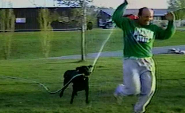 Hund spritzt sein Herrchen nass