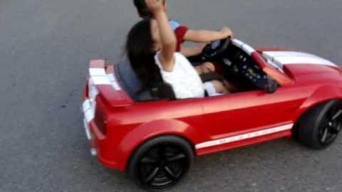 Kind driftet mit seinem Auto