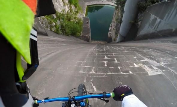 Mit dem Fahrrad die Staumauer hinunter