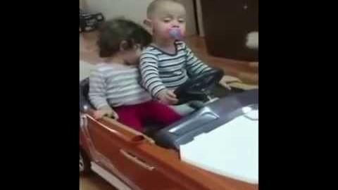 Kind völlig übermüdet am Steuer ;-)