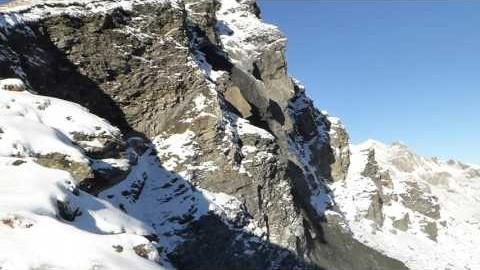 Mega Felsen wird von Berg abgesprengt