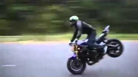 Motorradfahrer mit krasser Körperbeherrschung