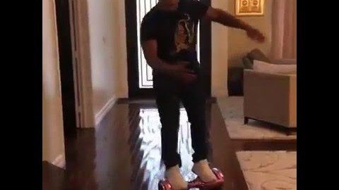 Mike Tyson fällt vom Hoverboard
