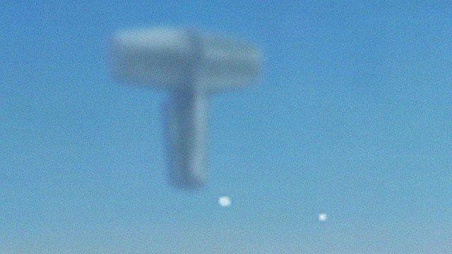 UFO über den Wolken gefilmt