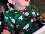 Baby isst seinen ersten Schinken