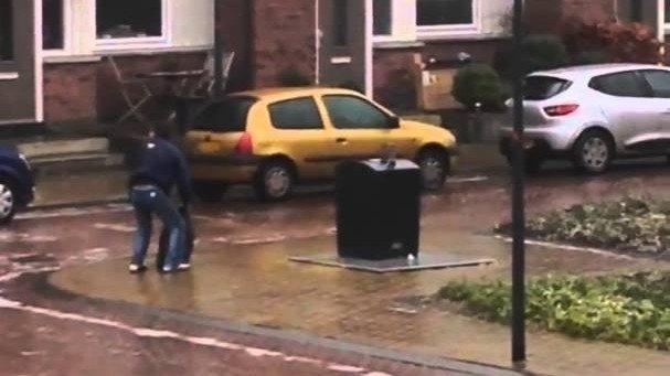 Den Müll bei Glatteis zur Tonne bringen