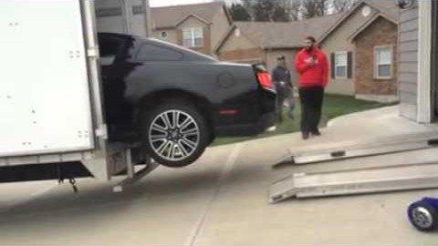 Einen Ford Mustang fachgerecht verladen