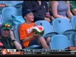 Junge ist ganze Wassermelone