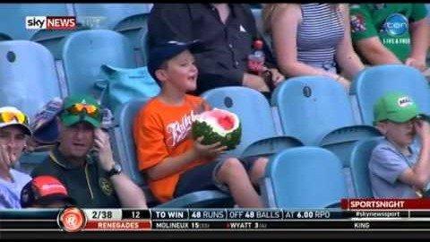 Junge isst ganze Wassermelone