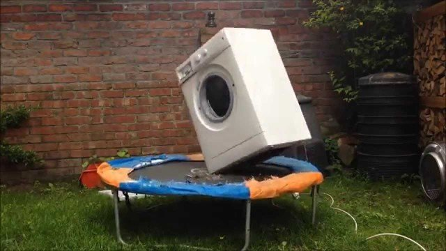 Waschmaschine tanzt auf Trampolin
