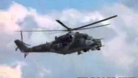 Hubschrauber fliegt mit stehendem Rotor