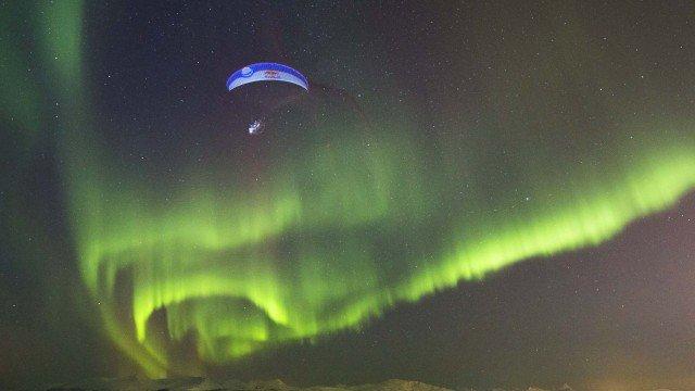 Paraglide Flug durch Polarlichter