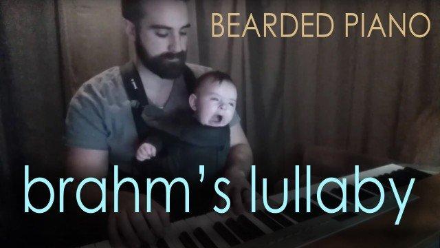 Vater spielt Schlaflied für sein Baby