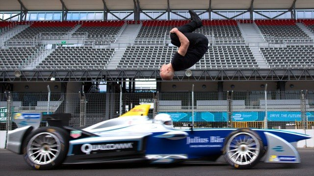 Rückwärts-Salto über rasendes Formel E Auto