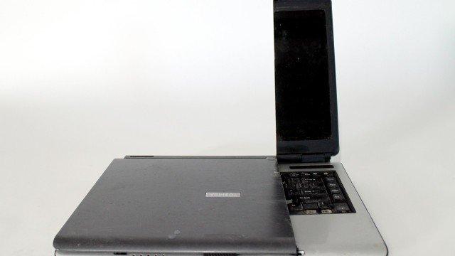 Wasserschneider durchtrennt Laptop